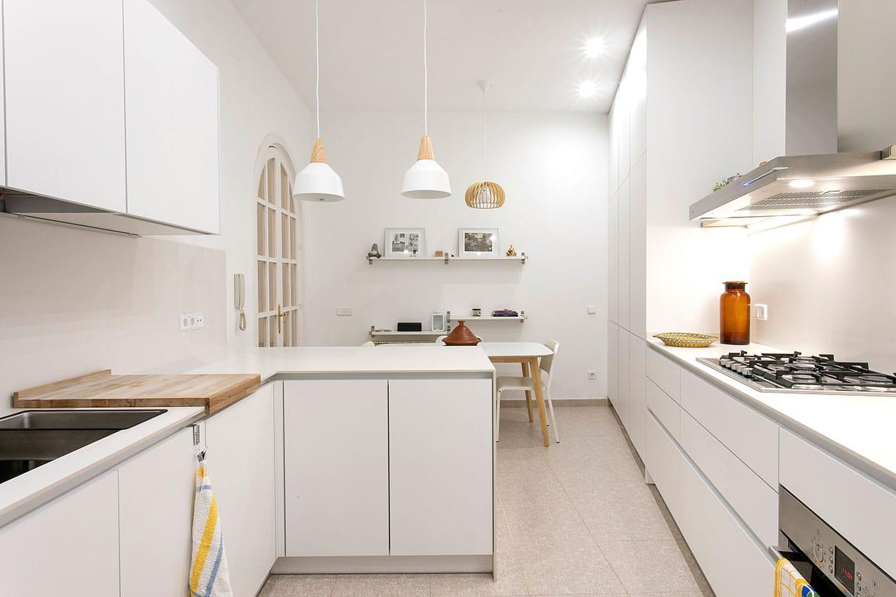 Vista general de la cocina con la mesa al fondo