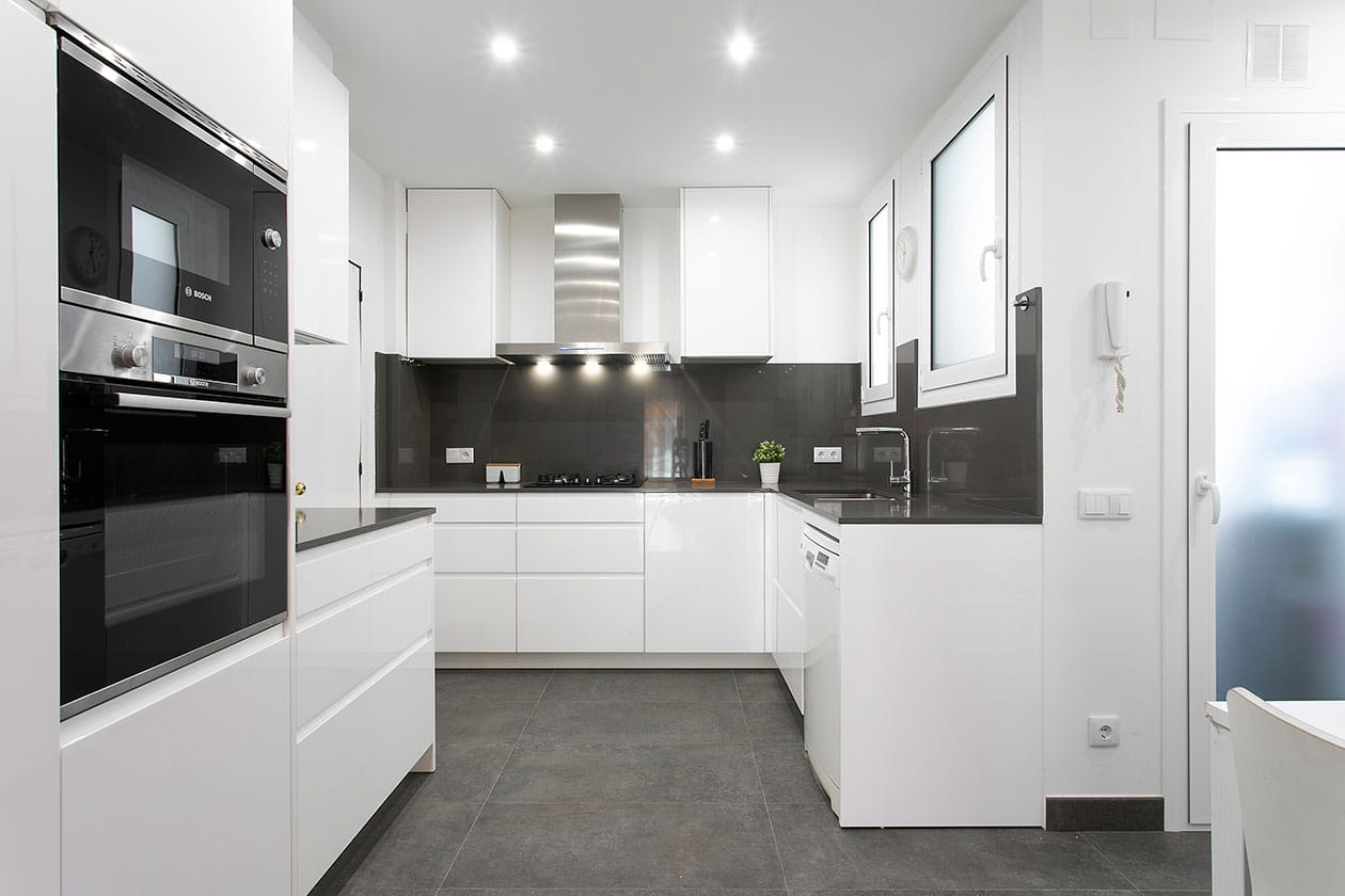 Vista general de la cocina, con la campana al fondo