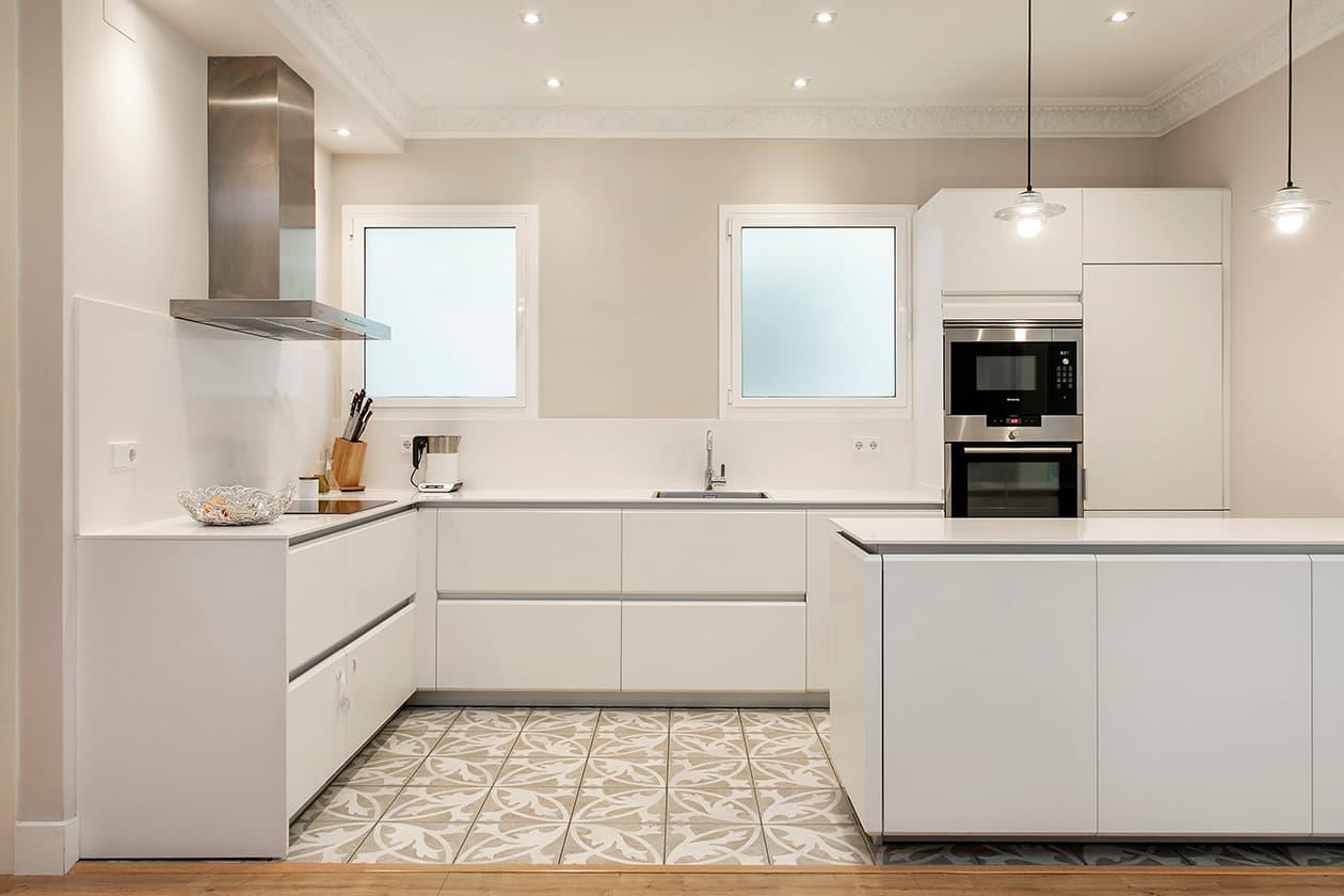 Vista general de la cocina con los muebles blancos