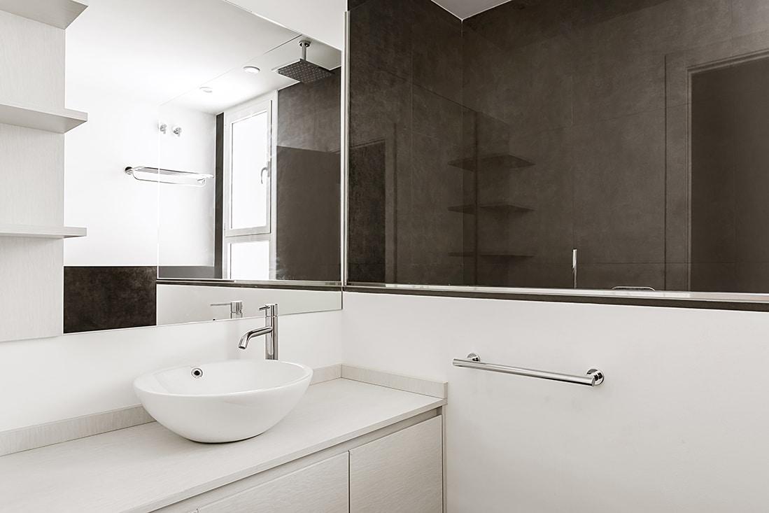 Espejo y pica baño reformado