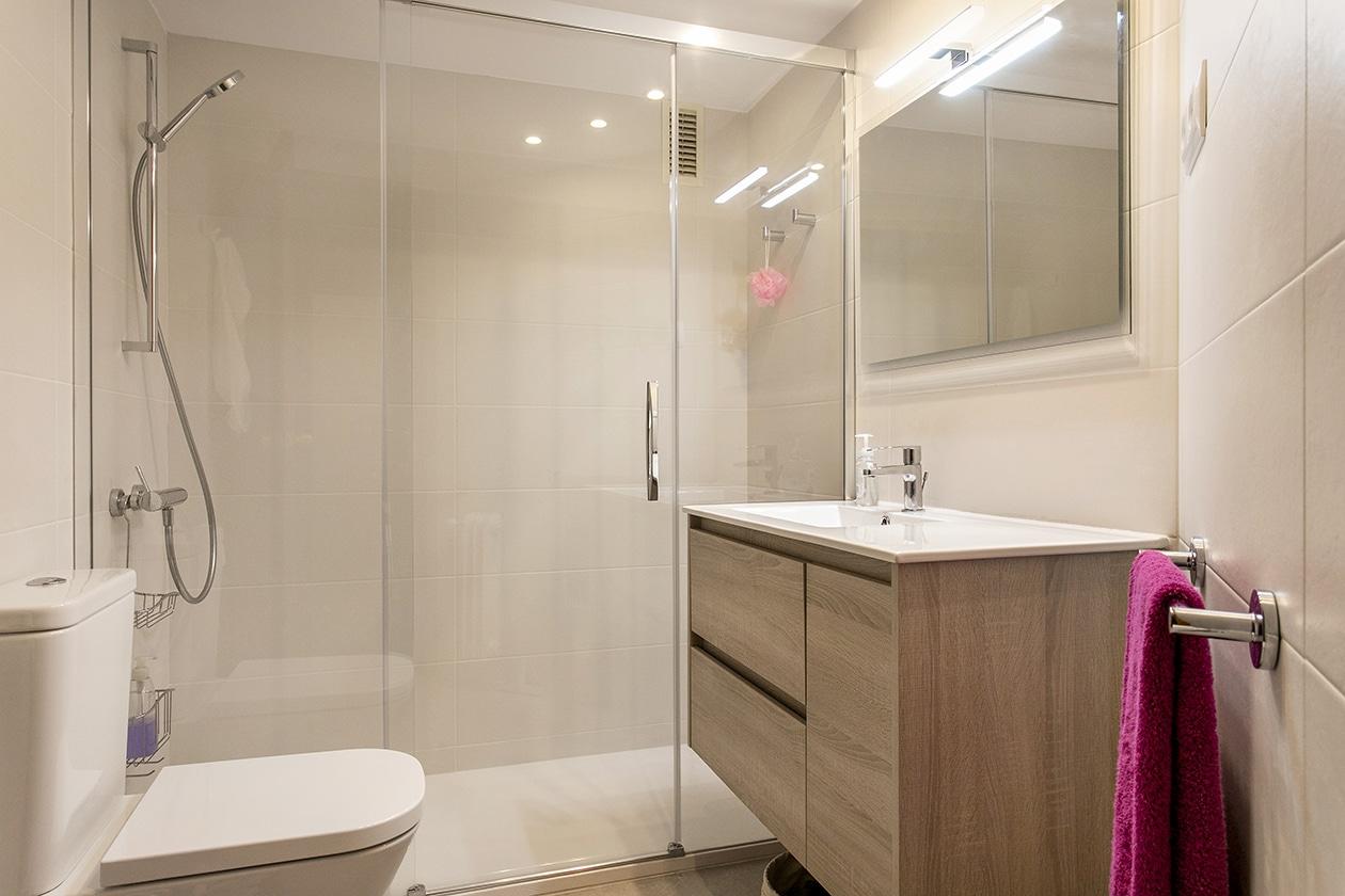 Prpectiva general del baño reformado