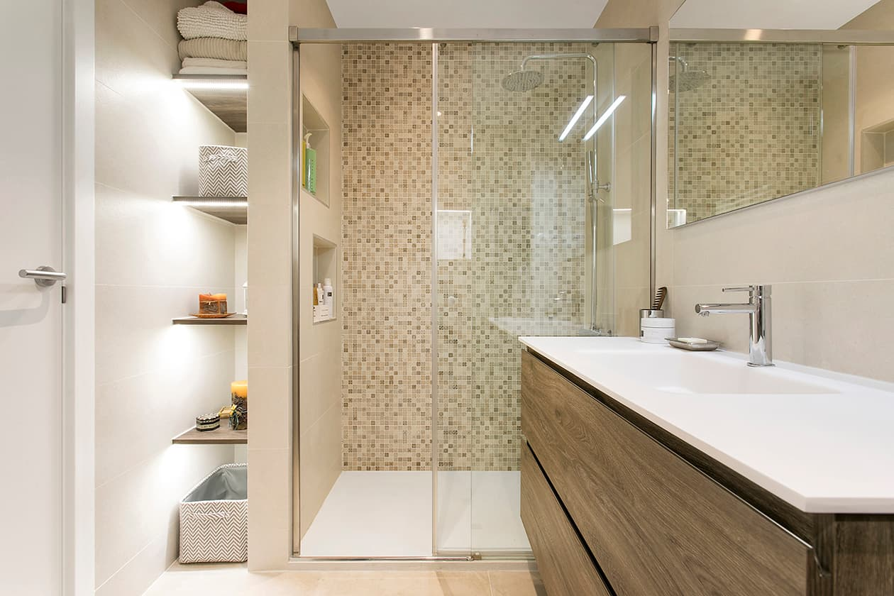 Perspectiva baño reformado con ducha al fondo