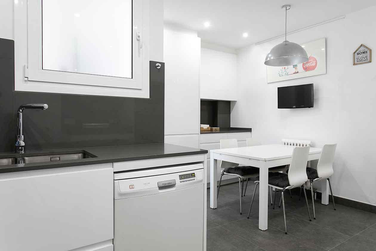 Mesa de la cocina y televisor