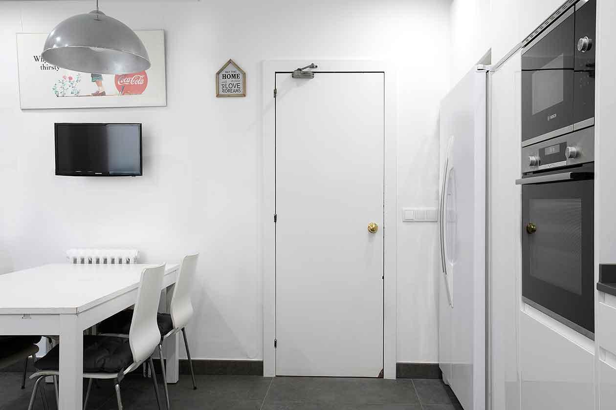 Vista del espacio y la puerta de entrada a la cocina