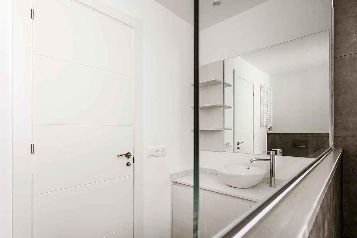 Vista del baño reformado a través del espejo