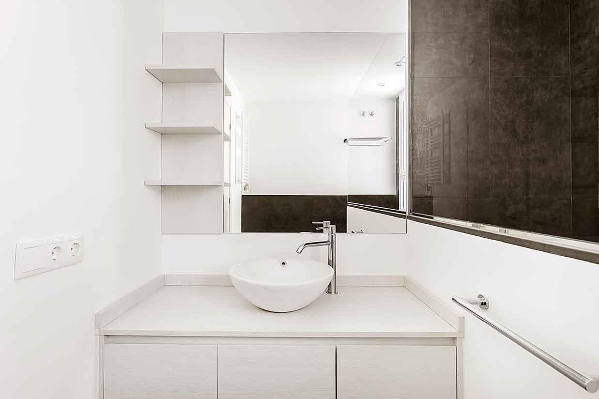 Pica y estaantes del baño reformado