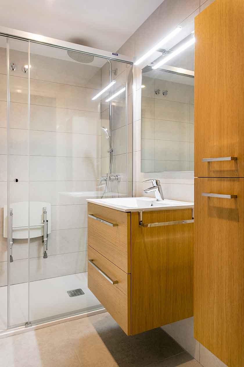 Pica y armarios del baño reformado