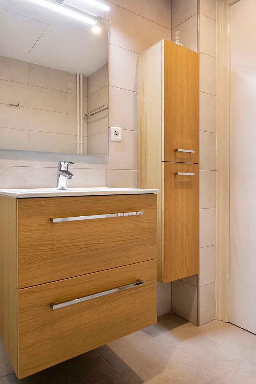 Pica, espejo y armarios del baño reformado