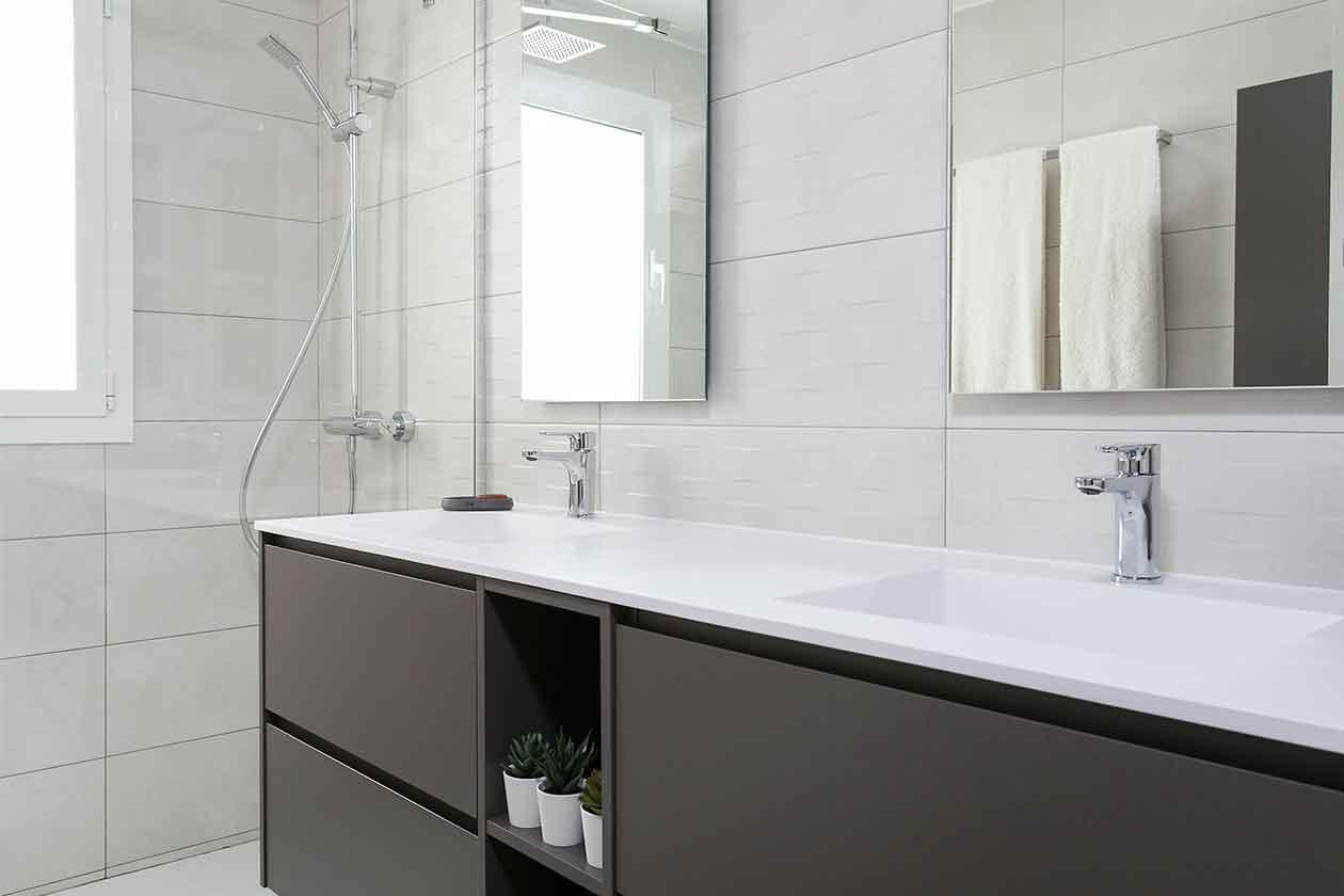 Perspectiva del baño reformado con la ducha al fondo