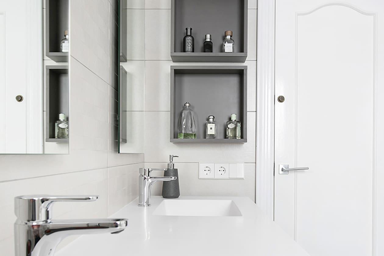 Picas, encimeras y puerta del baño reformado