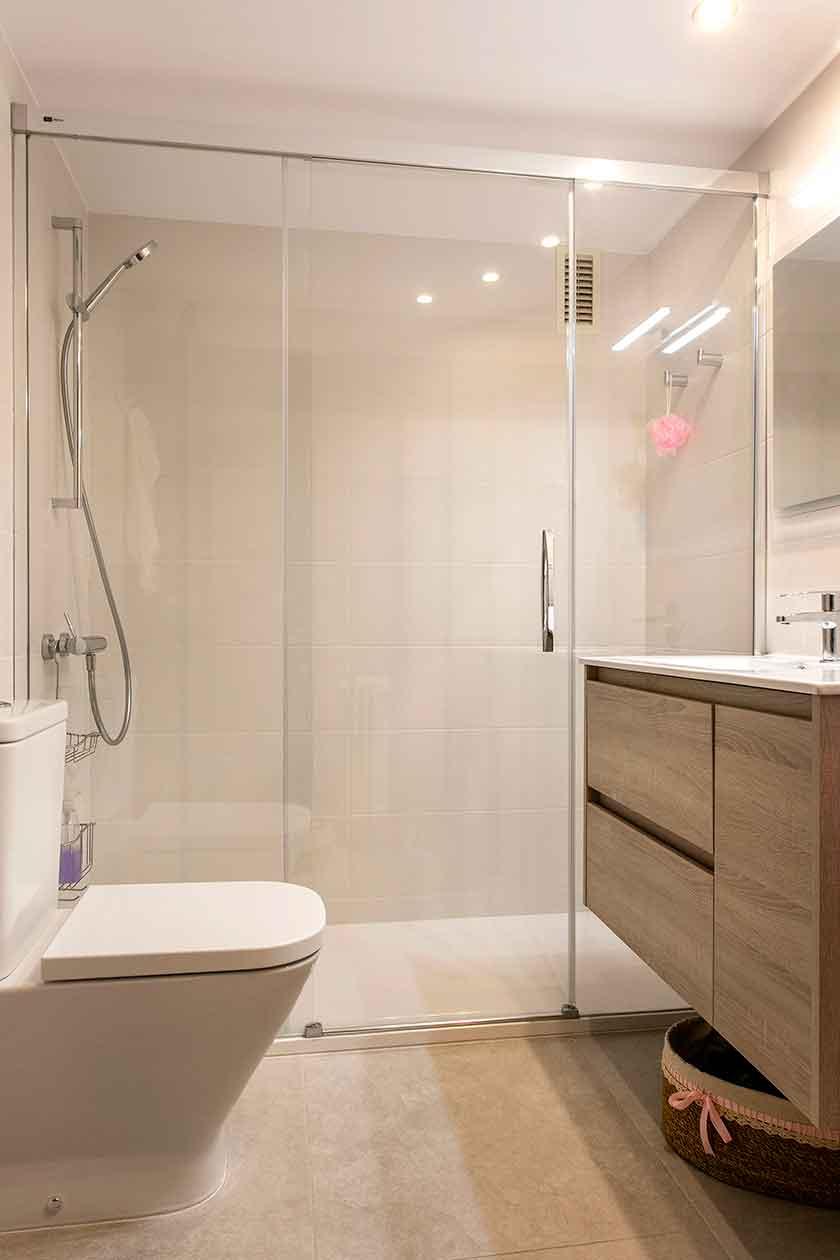 Inodoro, mueble y ducha del baño reformado
