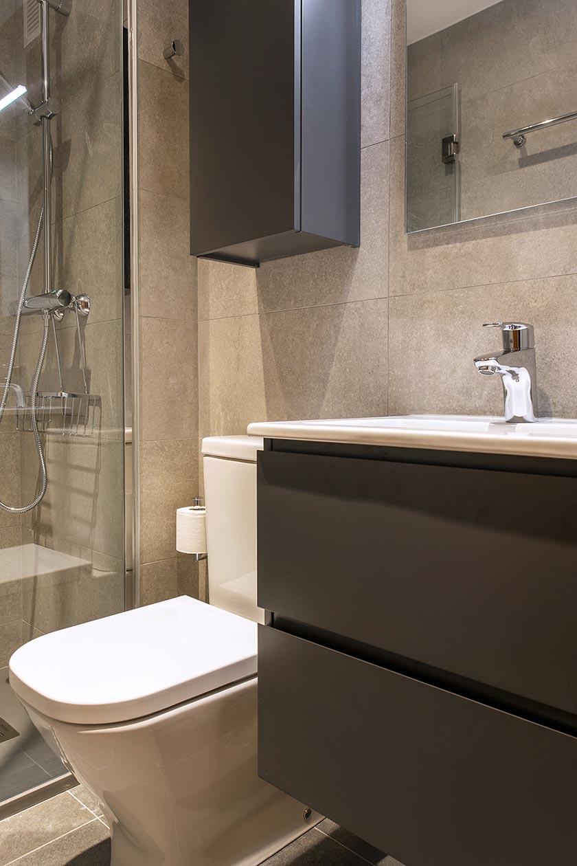 Pica, cajones e inodoro del baño reformado