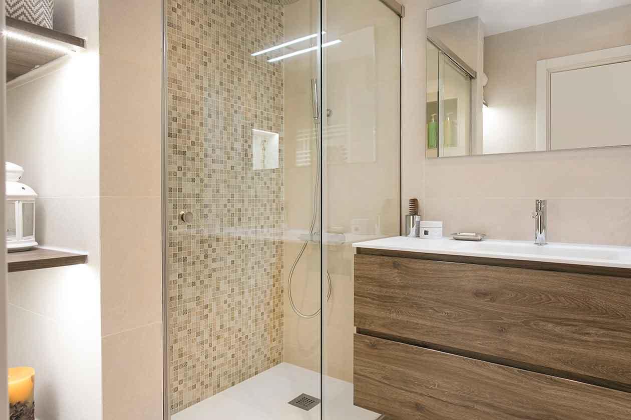 Ducha de azulejos de baño reformado