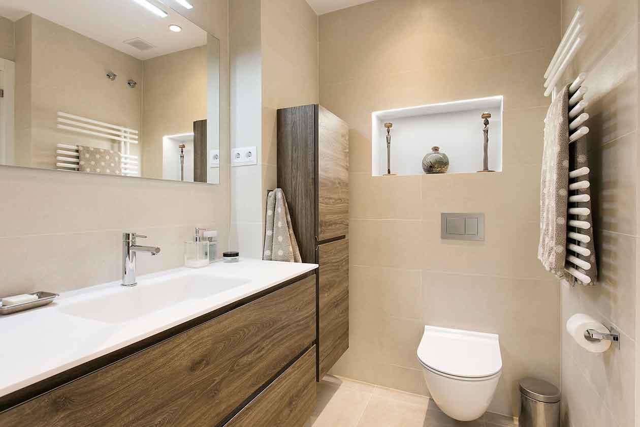 Pica, inodoro y toallero del baño reformado