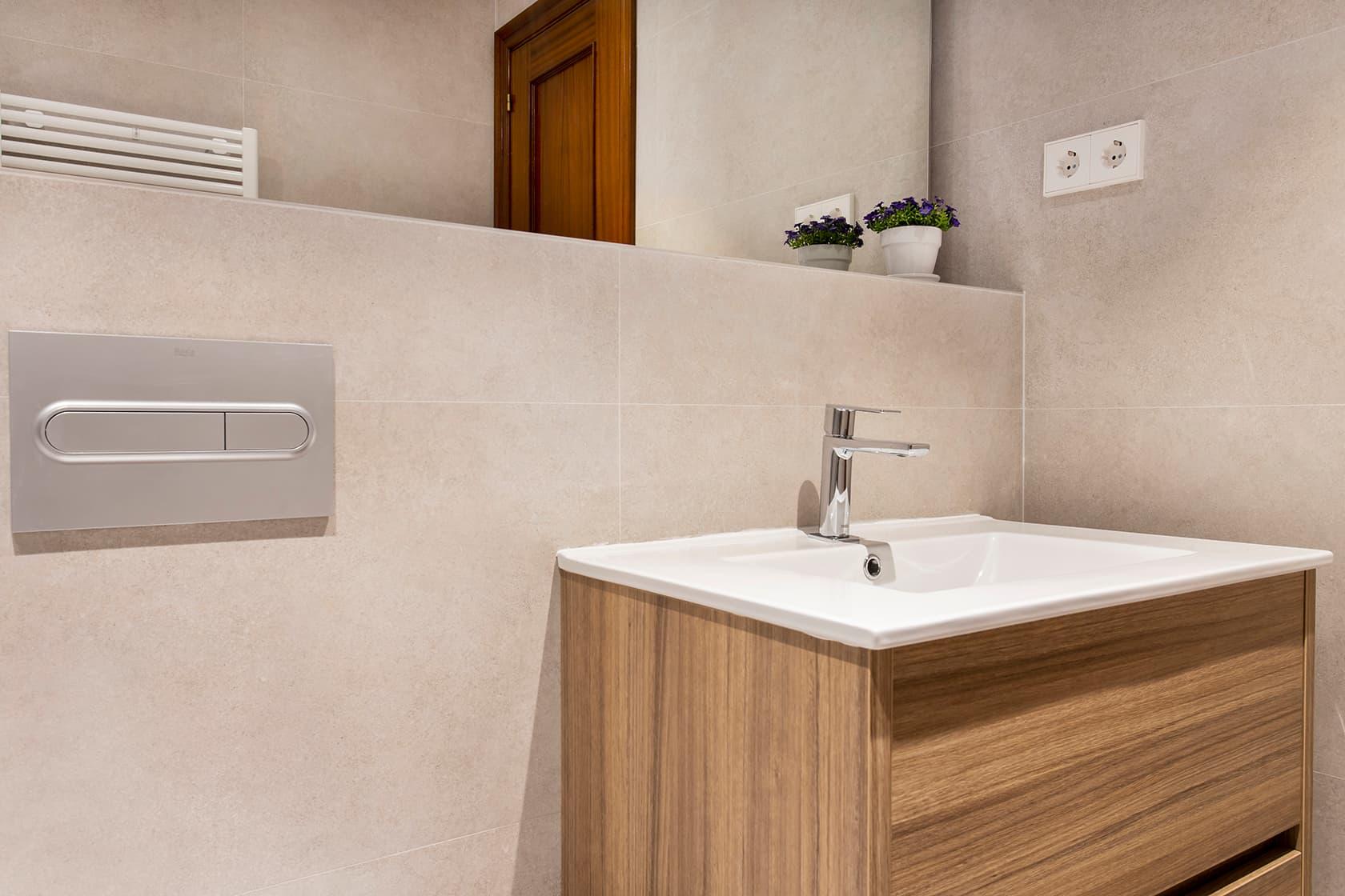 Mueble y espejo del baño