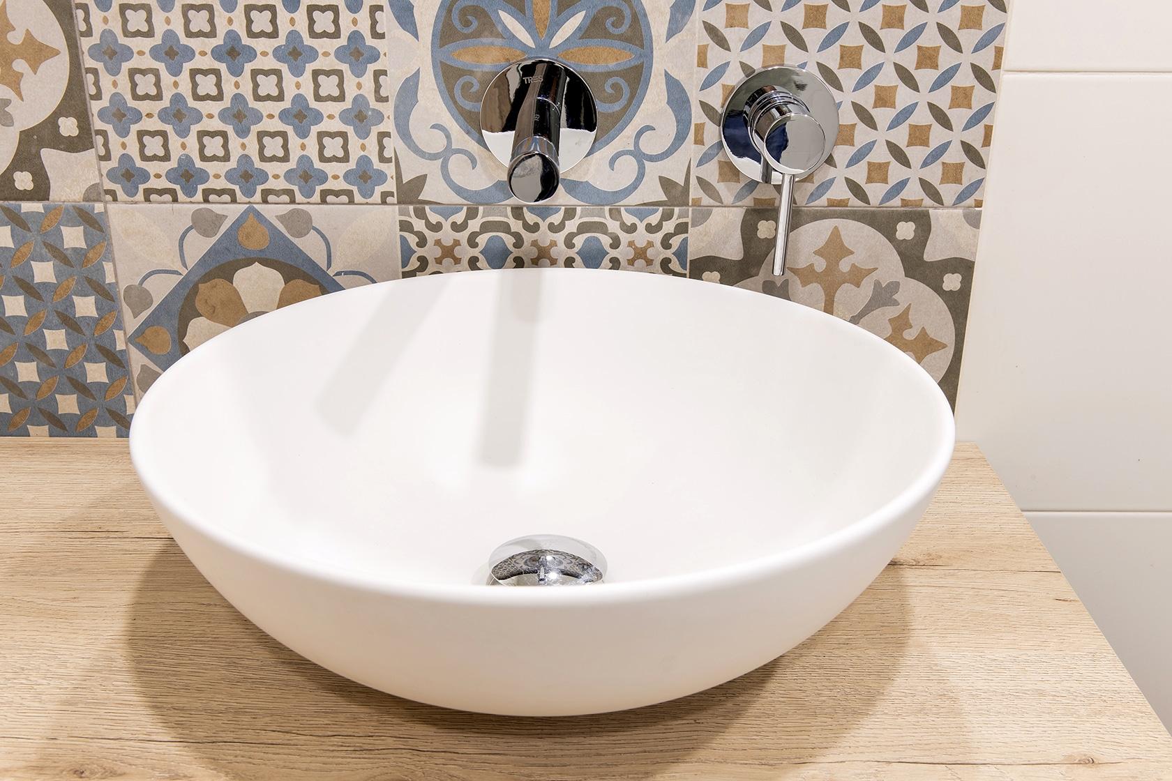Pica redonda con mosaico al fondo