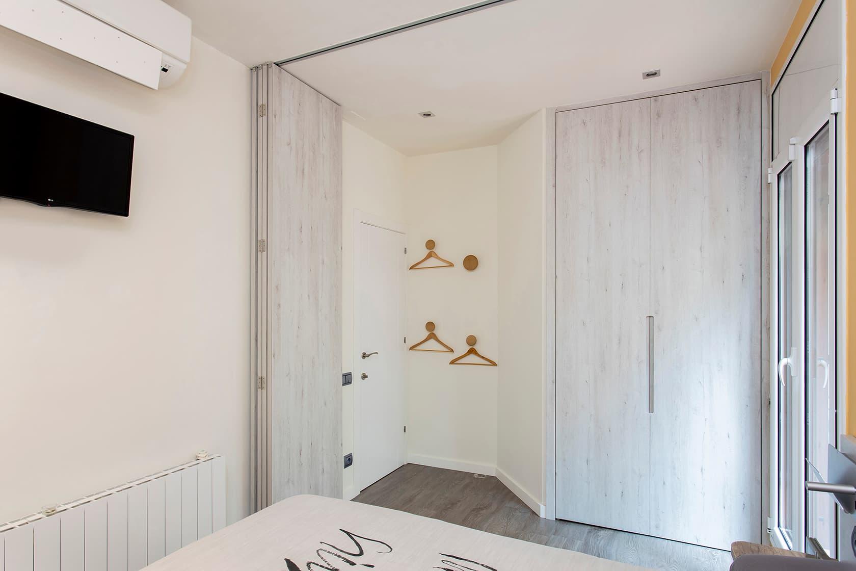 Habitación vista des de dentro con los paneles abiertos