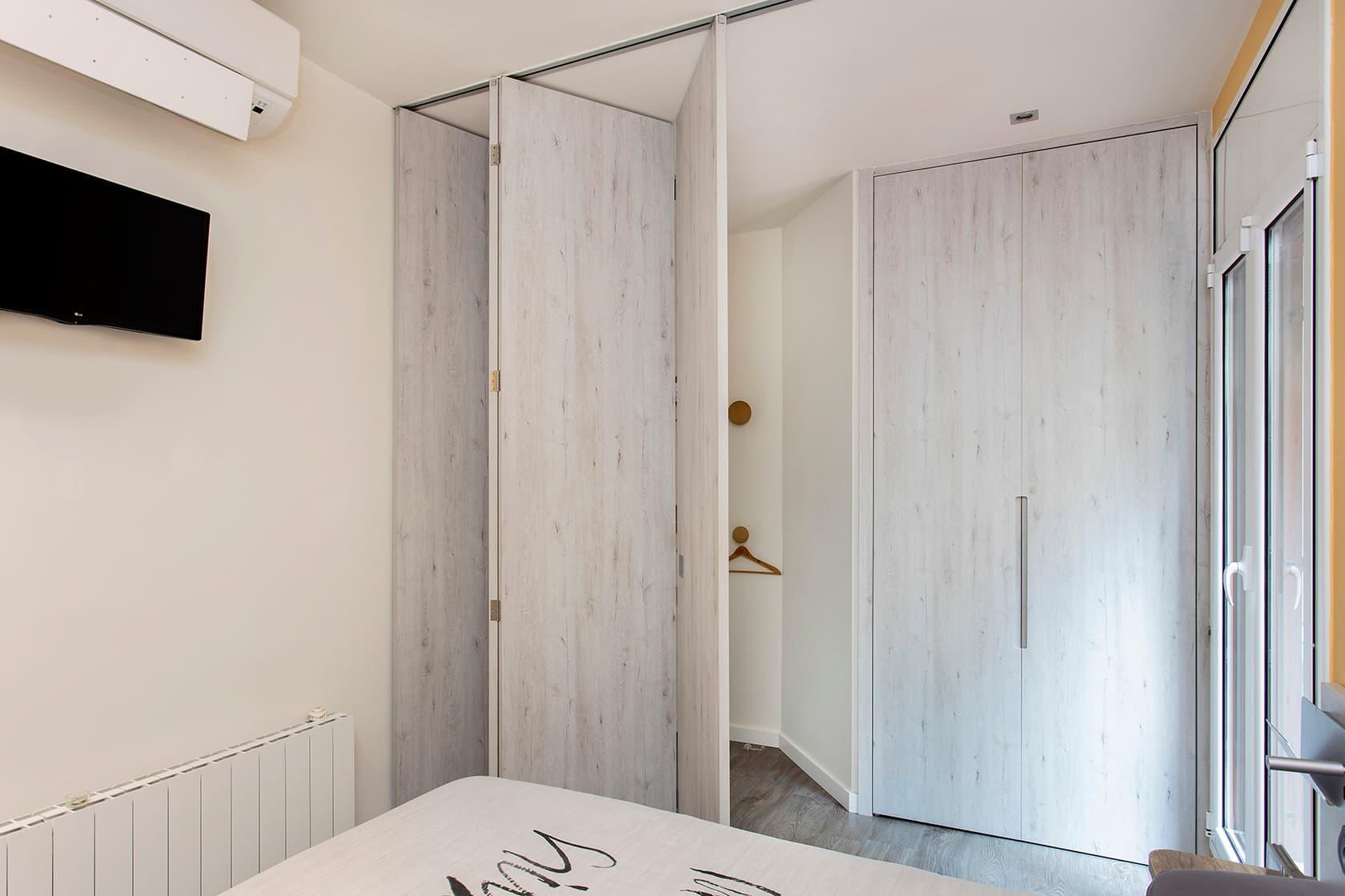 Habitación vista des de dentro con los paneles semi - abiertos