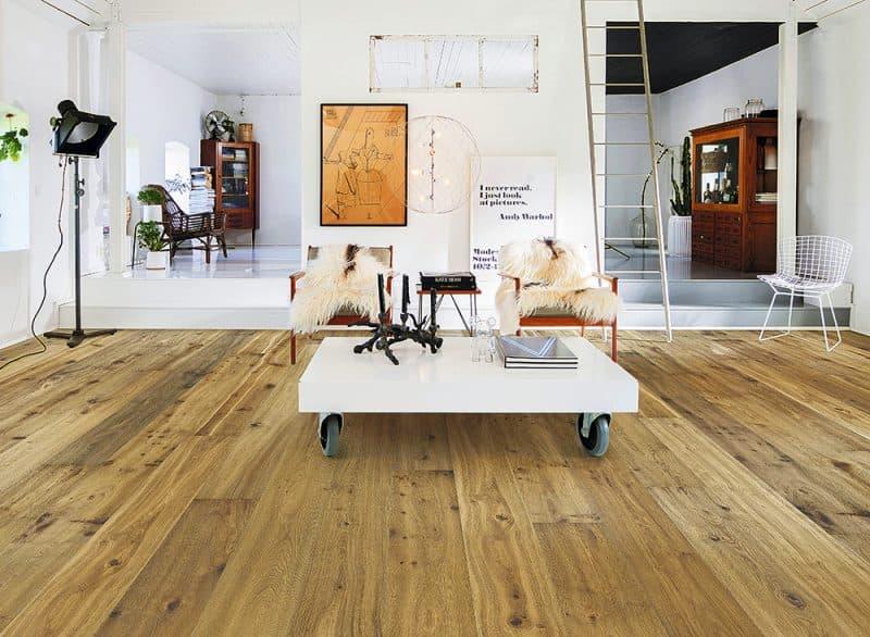 Pavimento laminado en tonos claros y lamas de gran formato