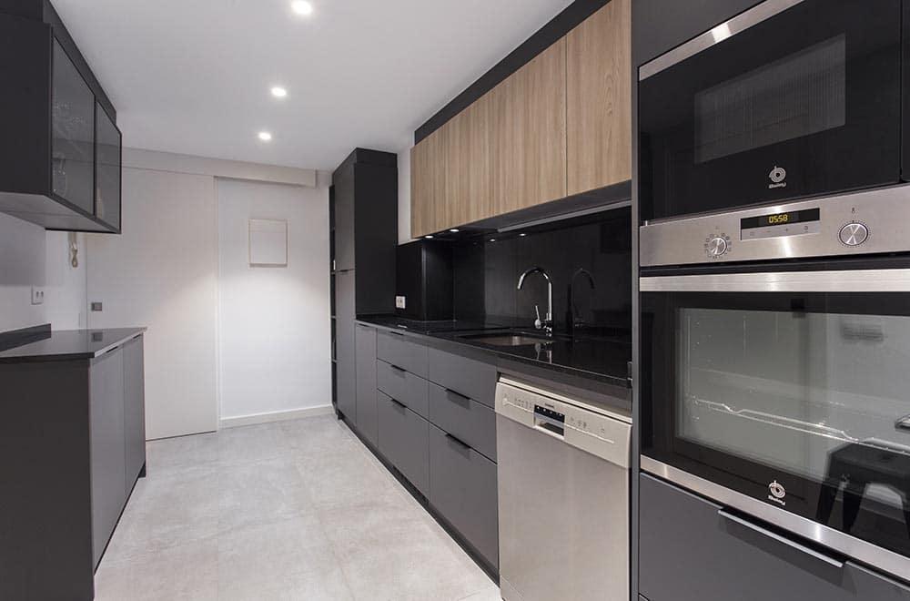 cocina alargada en negro