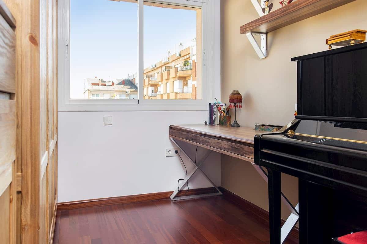 Habitación con piano y ventana