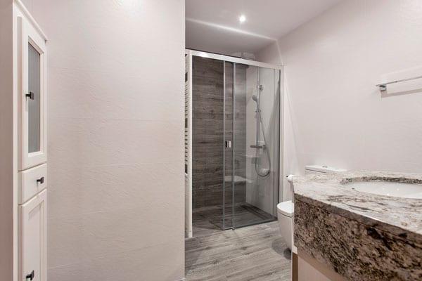 Baño con ducha con mampara