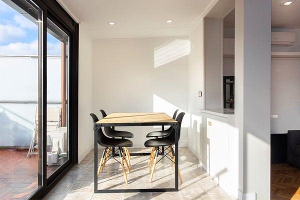 Mesa y sillas con ventanal