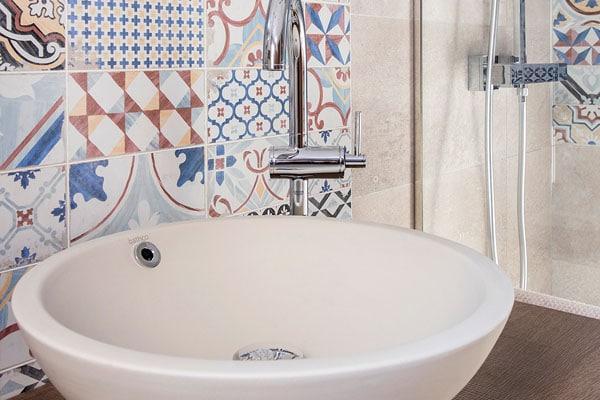 Pica de baño con mosaicos
