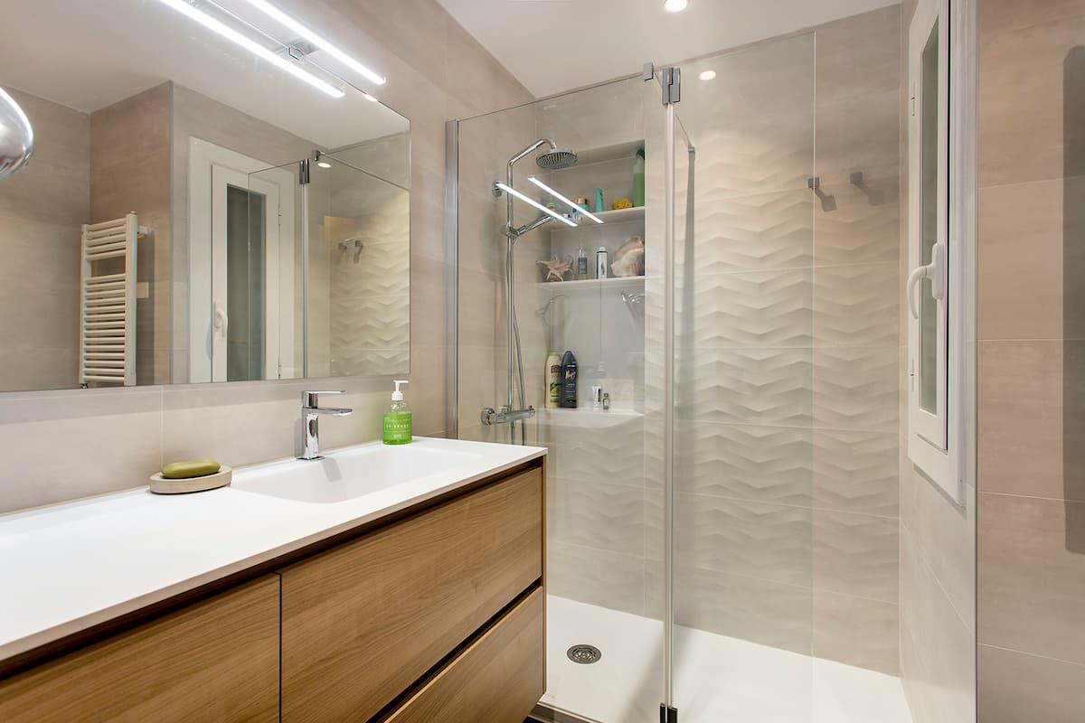 Baño reformado con mampara