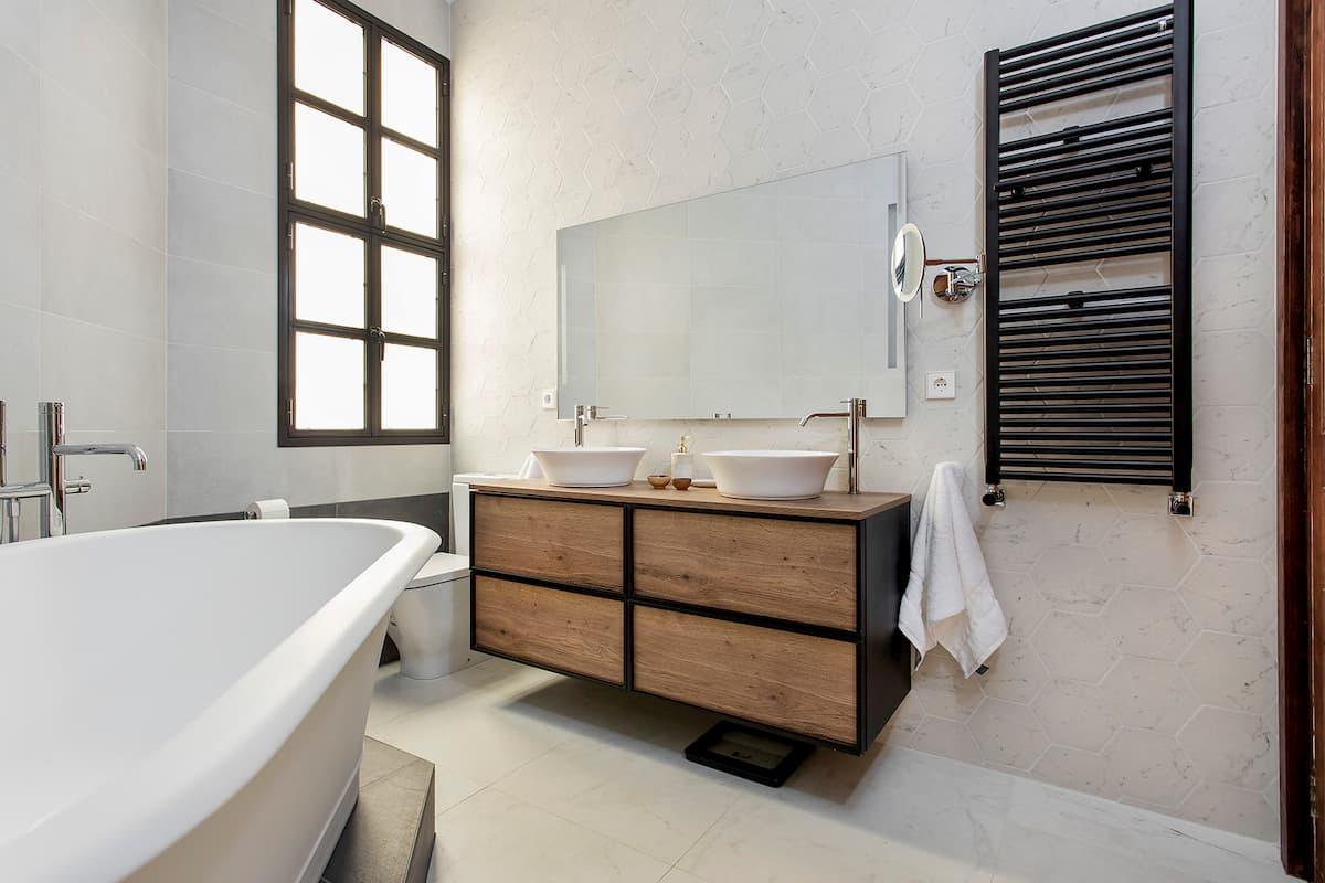 mueble de baño en madera, ventana y bañera