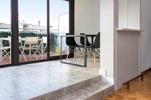 Salón comedor a dos niveles con ventanal
