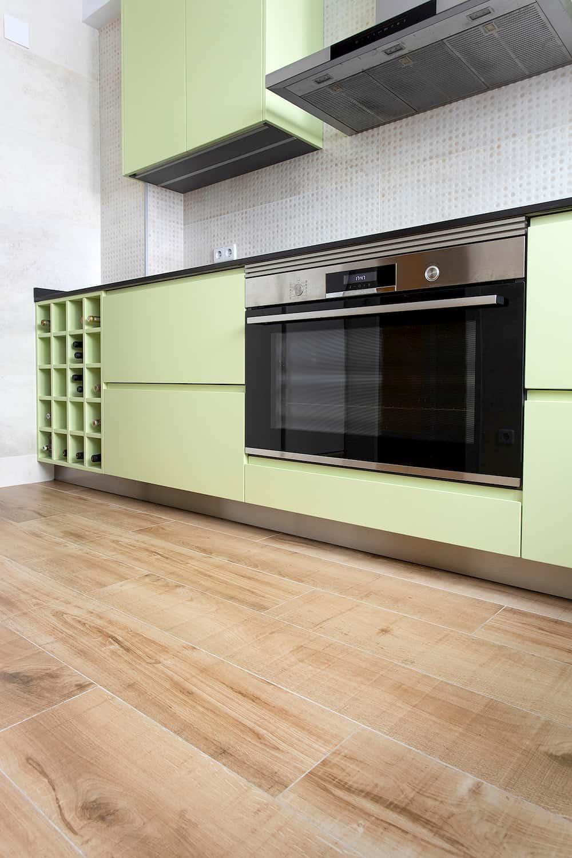 Cocina con mobiliario en verde lima