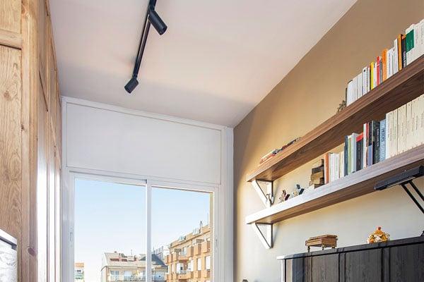 Estanterías, luz de techo y ventana