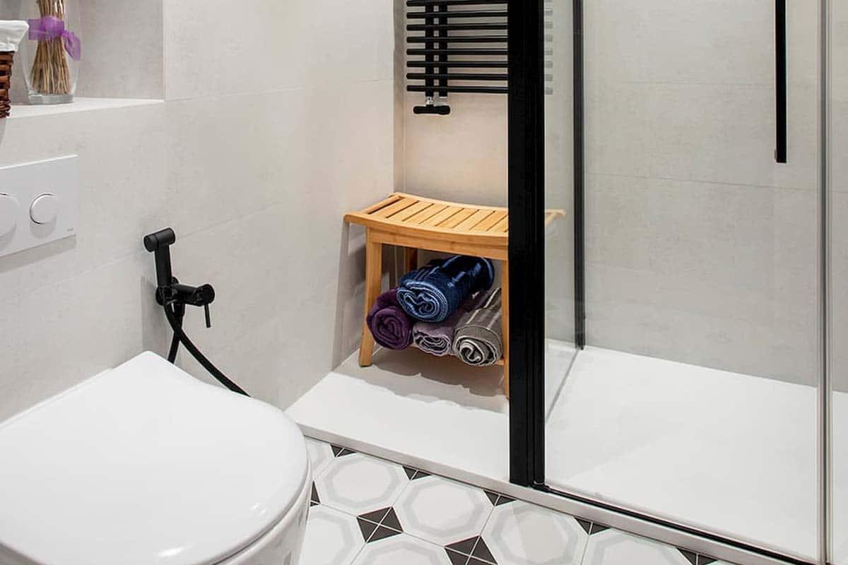 baño con mampara y baldosas