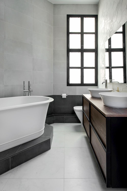 Bañera, mueble de baño y ventana