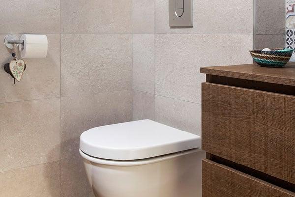 Váter suspendido y mueble de baño de madera