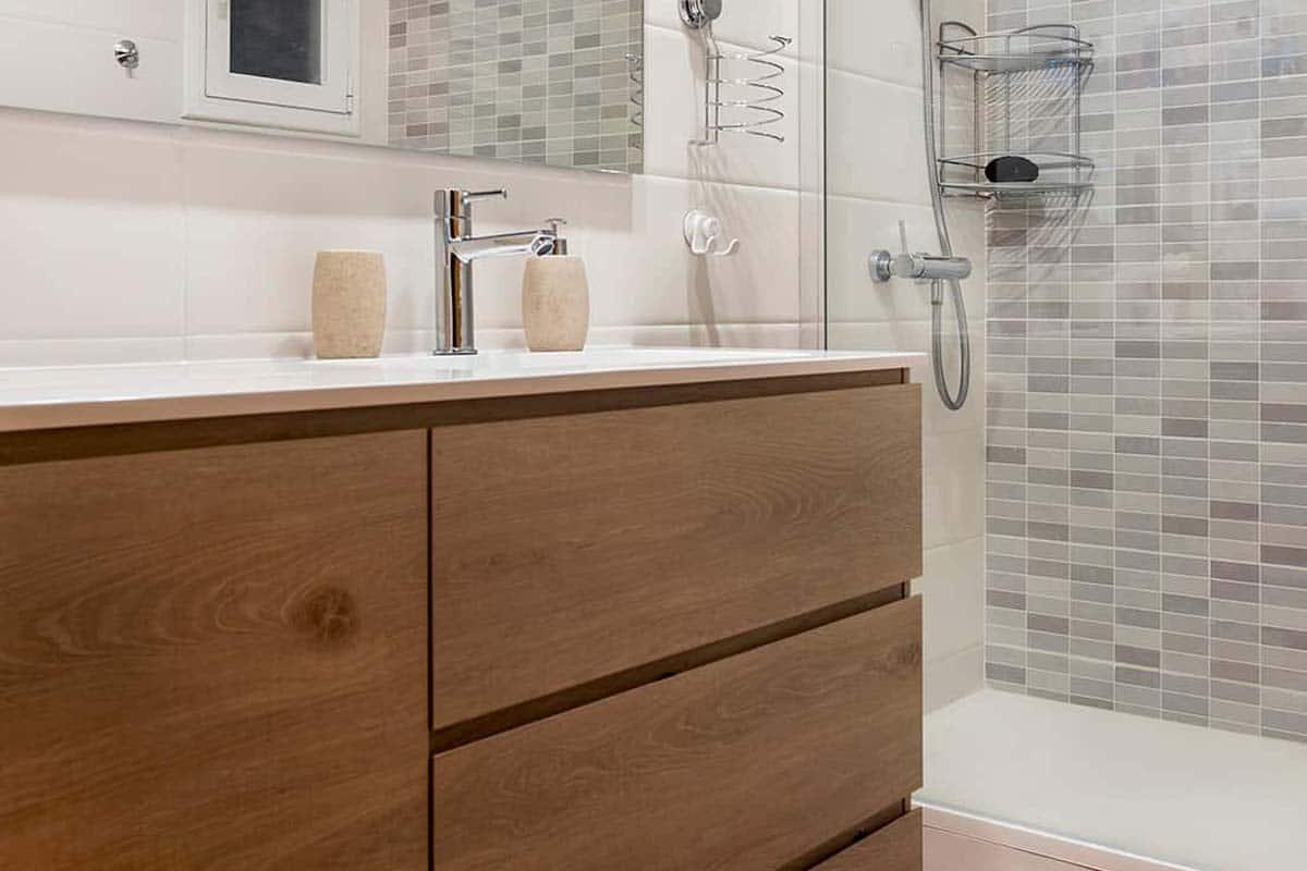 baño con mueble de madera