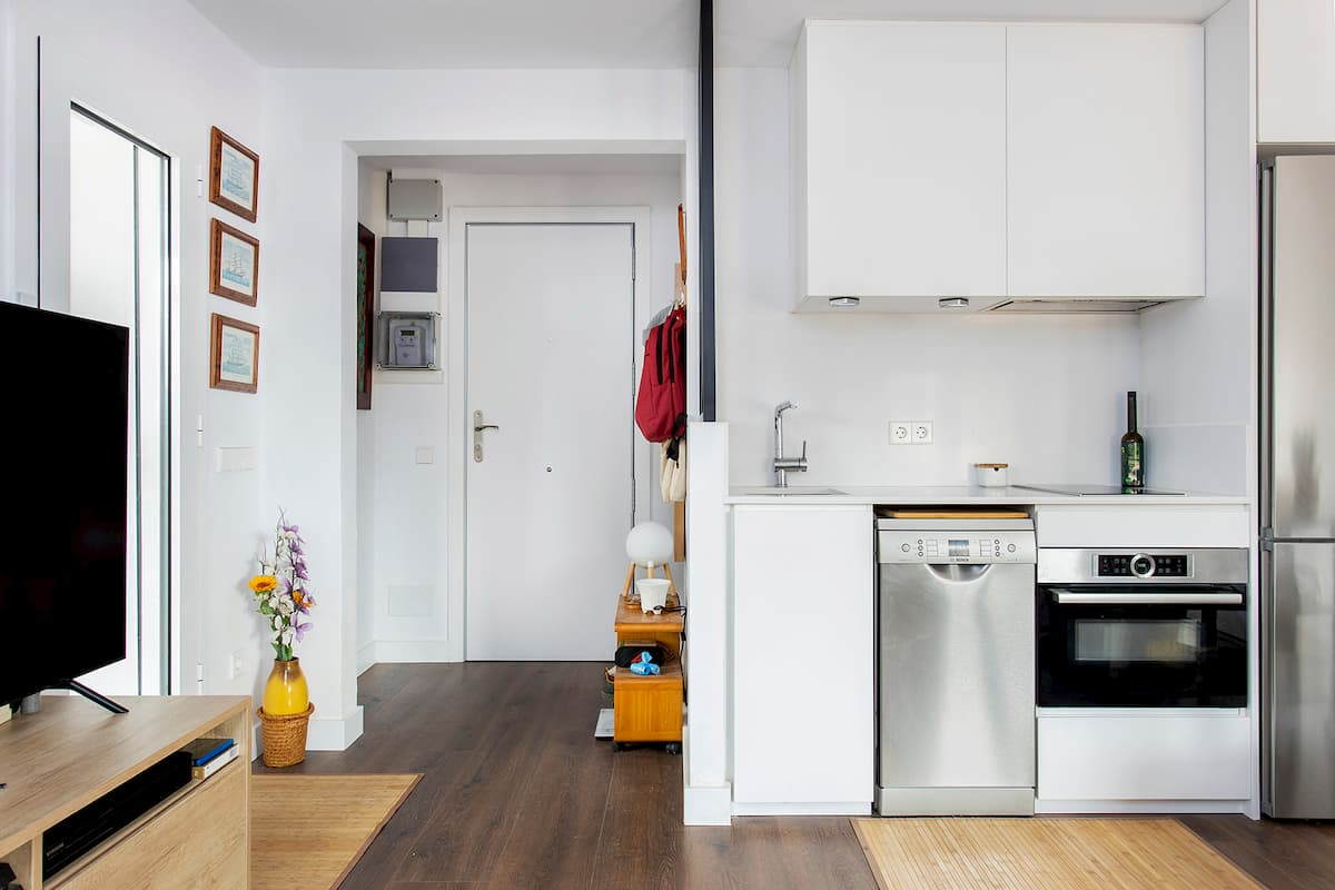 Cocina y puerta de entrada