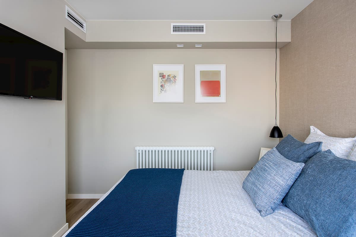cama de dormitorio con textil azul