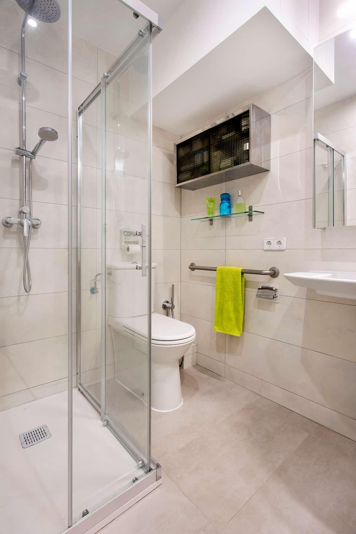 Baño pequeño con ducha y mampara