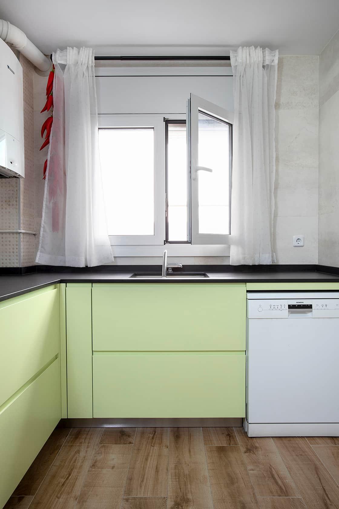 Ventana abierta en cocina verde lima