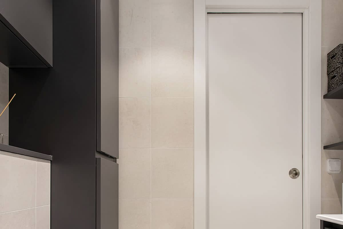 puerta blanca de baño