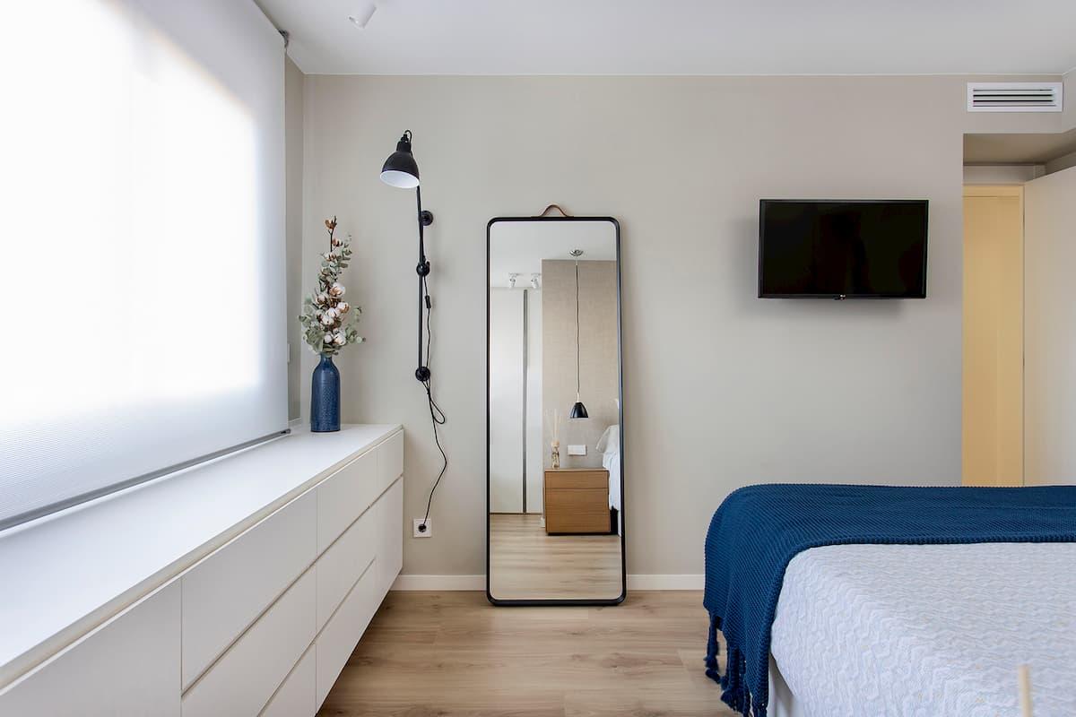 Espejo de pie en dormitorio