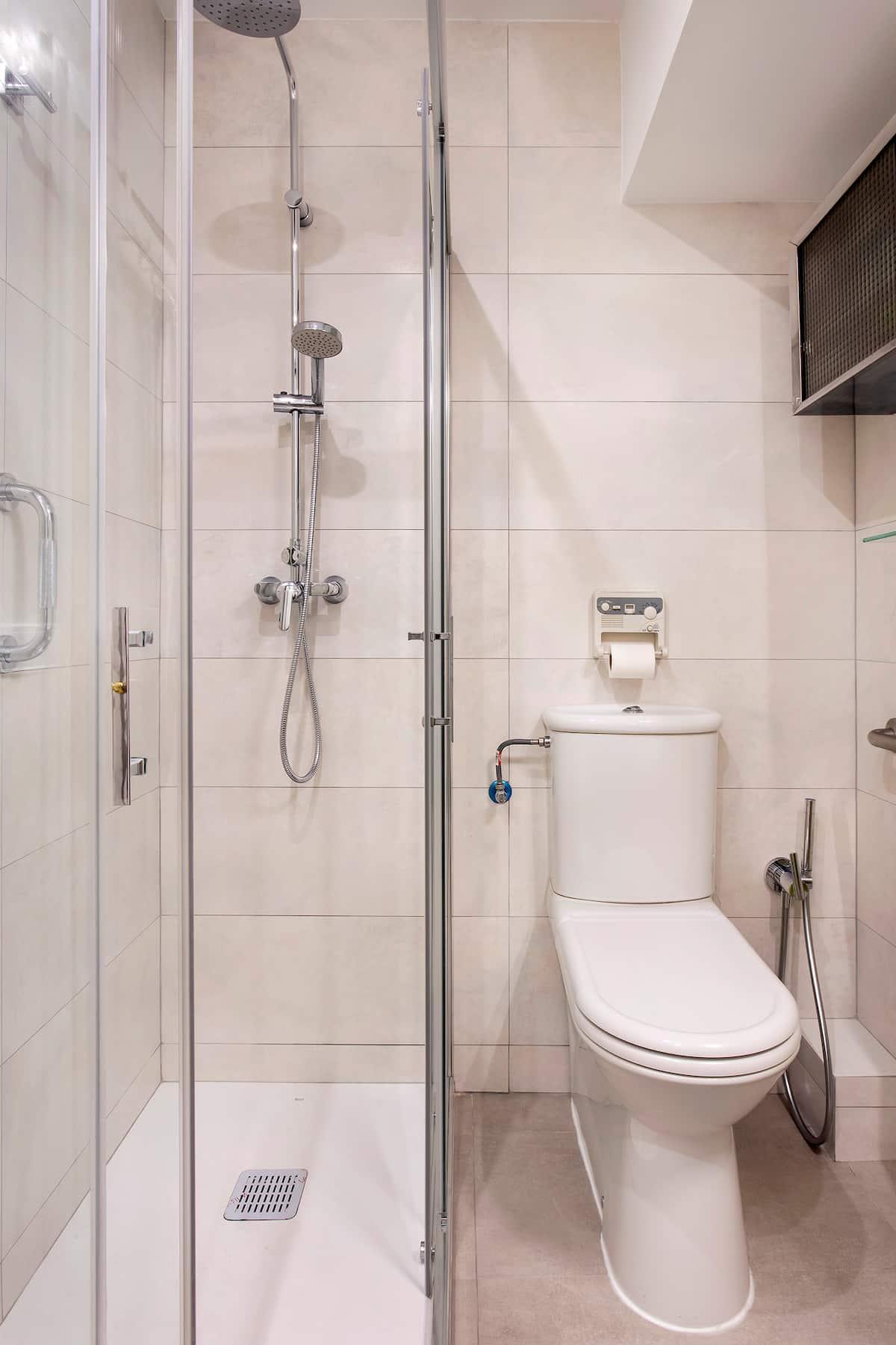 váter y ducha en baño pequeño