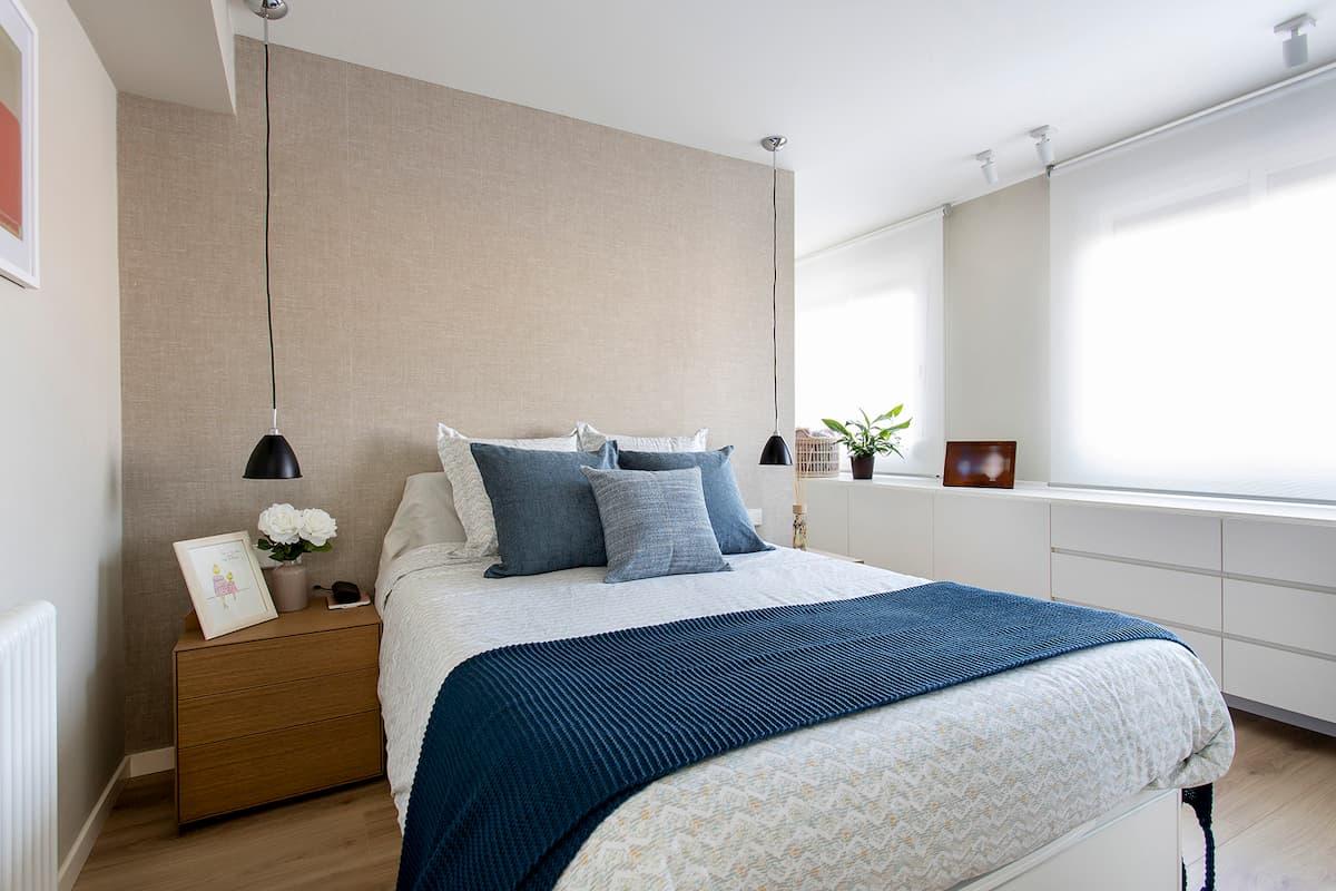 cama grande dormitorio con textil azul