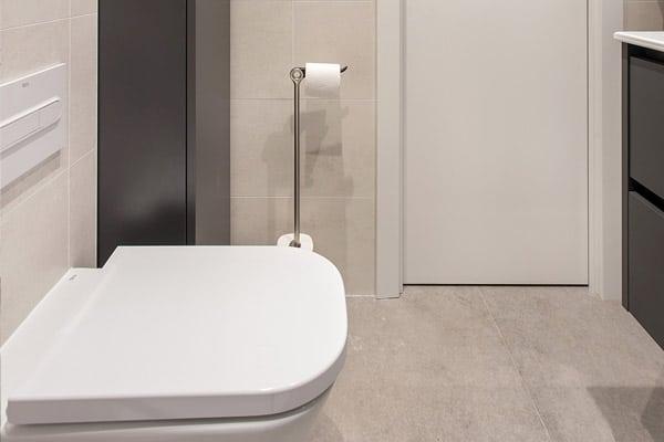 váter suspendido en baño pequeño