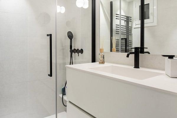 Baño con mampara y pica moderna