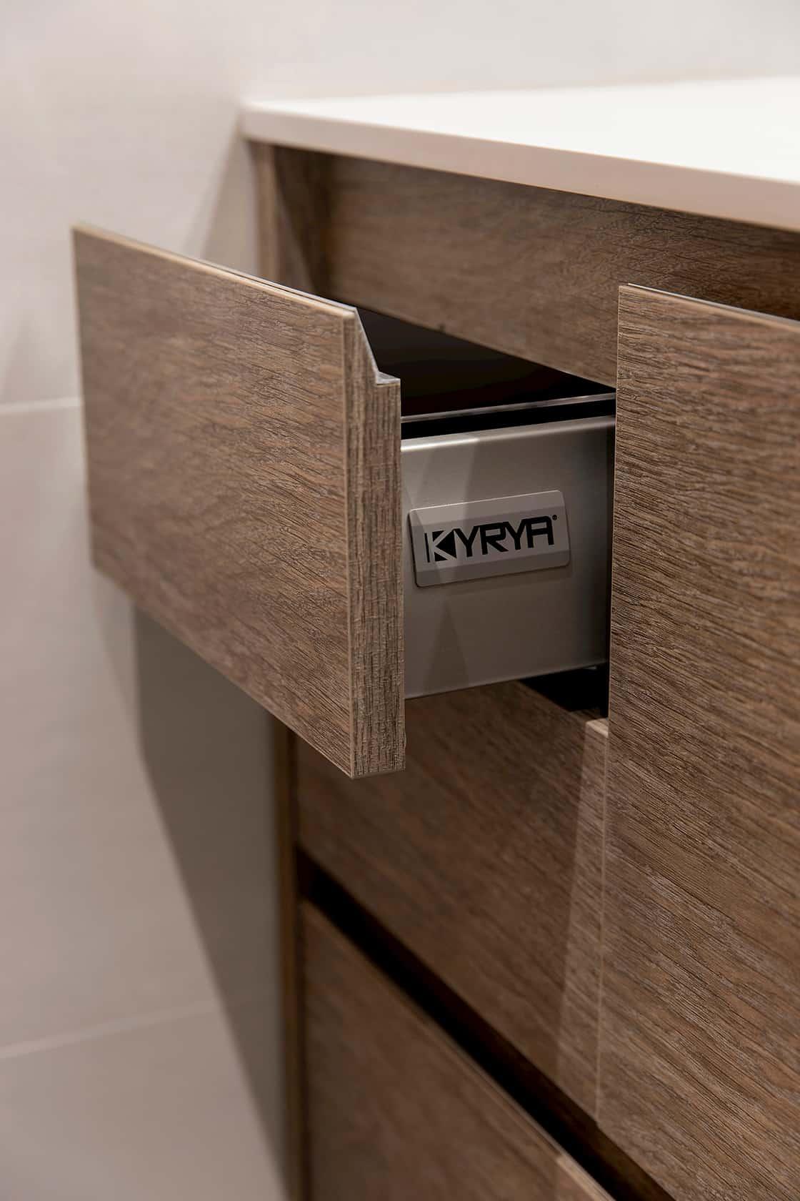 cajón en mueble de madera abierto