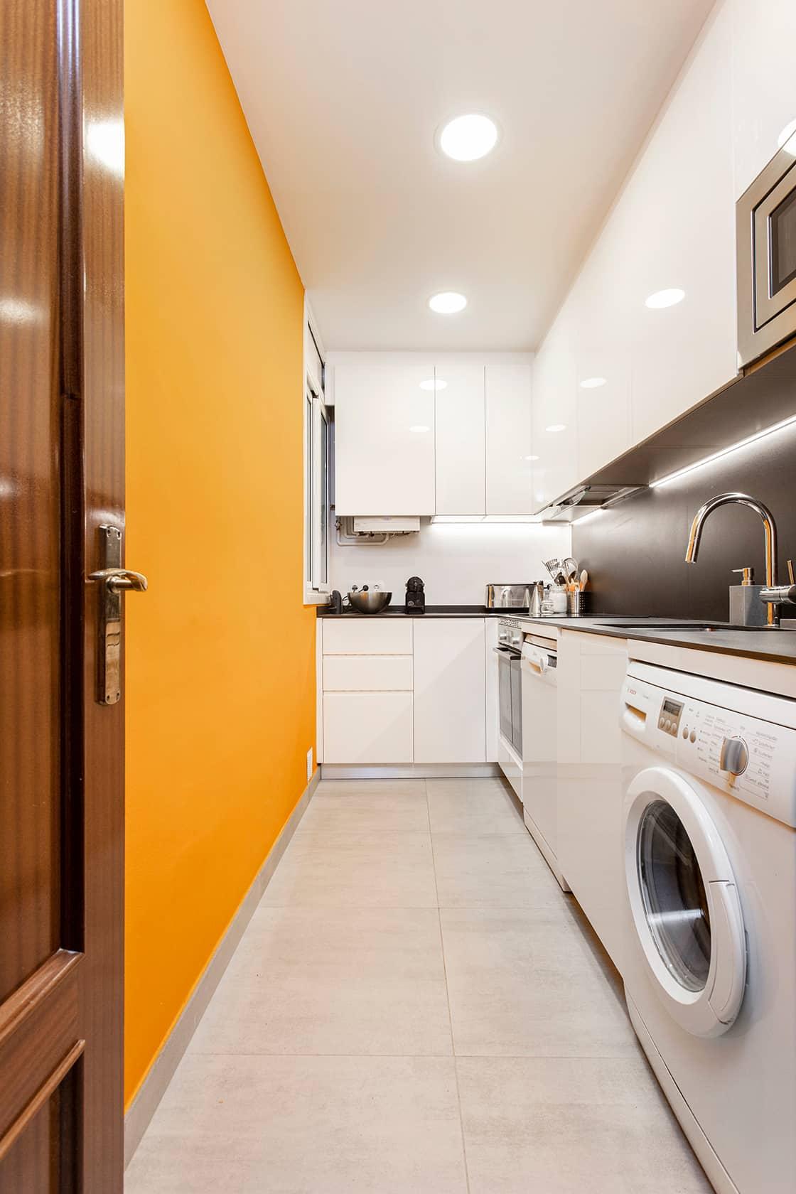 cocina naranja alargada