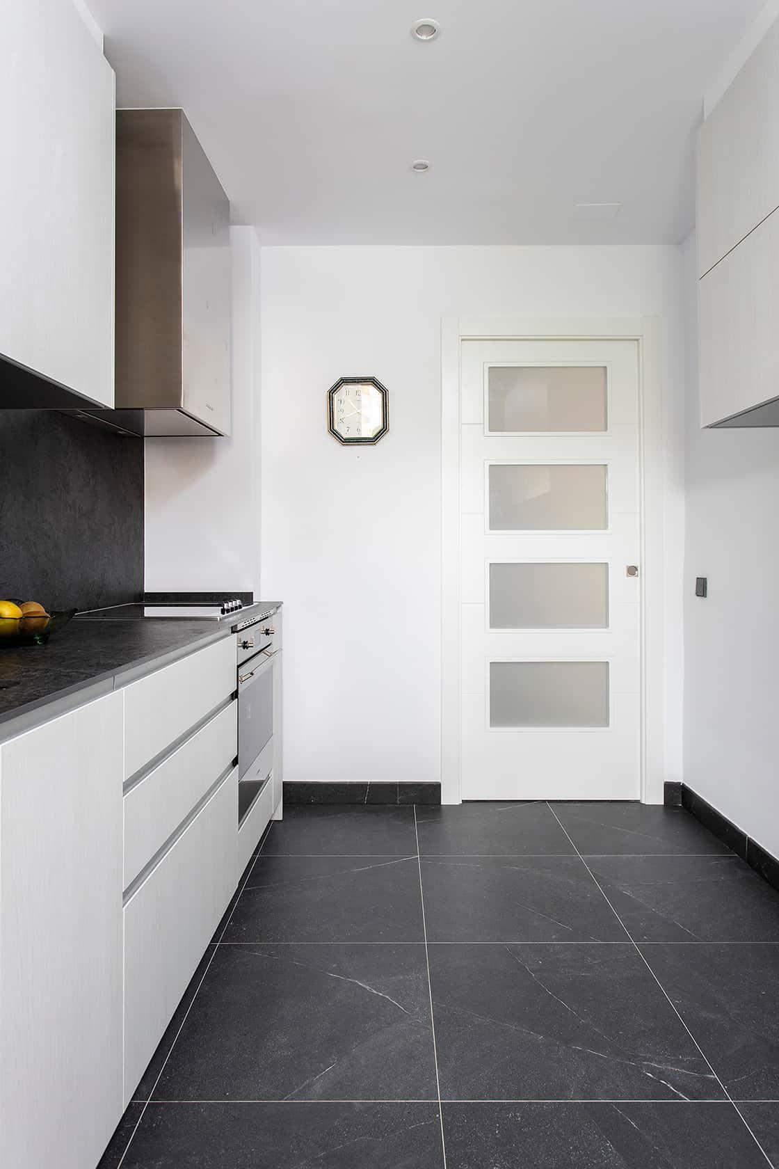 puerta blanca de cocina
